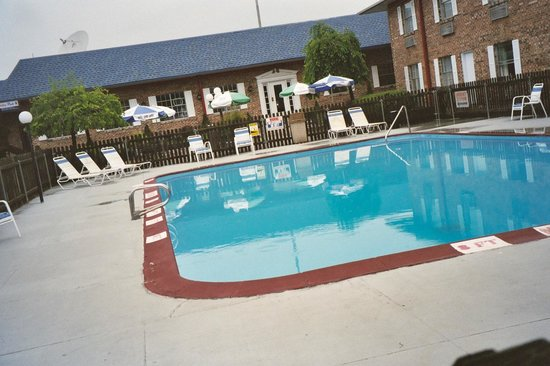 American Inn: Poolside (Seasonal)