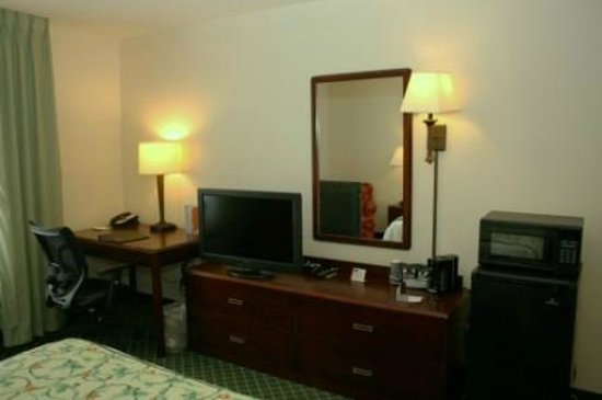 Fairfield Inn & Suites Chicago Southeast/Hammond: TV / Dresser area