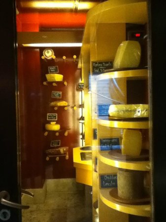 Palacio Duhau - Park Hyatt Buenos Aires: Cheese at the wine bar