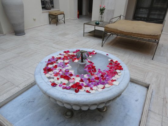 Riad Joya: Courtyard fountain with rose petals