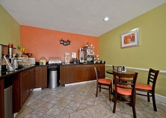 Luxury Inn and Suites: breakfast area