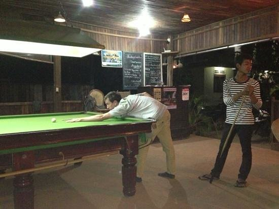 Banlung Balcony Guesthouse & Restaurant:                   playing pool with the staff!!! great snooker table.