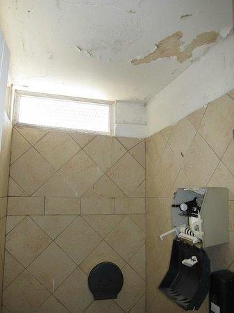Amador Ocean View Hotel & Suites: Pool washroom with peeling paint