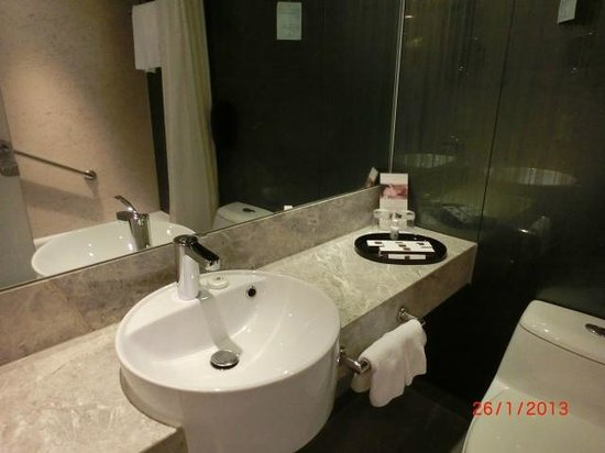 The Kowloon Hotel: Bathroom/toilet