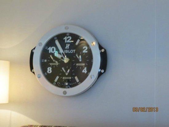 Hyperion Hotel Dresden am Schloss:                                     Smart wall clock in the lobby