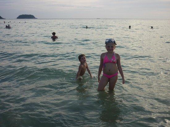 Baumancasa Karon Beach Resort:                   Купание на закате солнца.