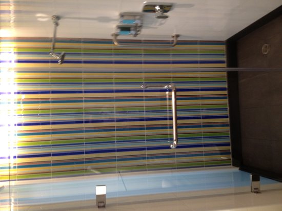 Aloft Bangkok - Sukhumvit 11:                                                       Shower