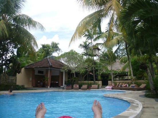 Saren Indah Hotel:                   Poolside at Saren Indah