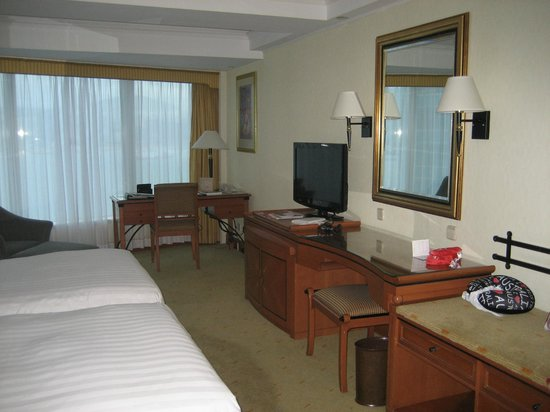 Harbour Grand Kowloon:                   Room to move around twin beds