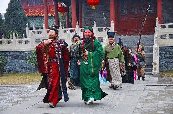 Xuchang Chunqiu Building:                   曹操和关羽的表演