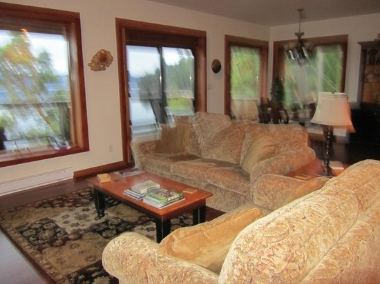 Arbutus Cove Guesthouse:                   Living room (sorry for the camera shake)