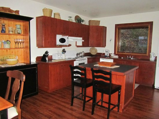 Arbutus Cove Guesthouse:                   Kitchen
