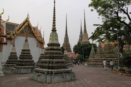 Kuil Budha Berbaring (Wat Pho): View of Monk tombs north of the Bot