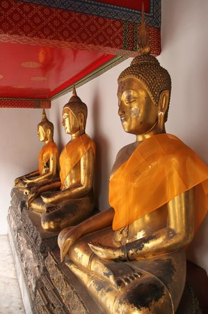 Temple of the Reclining Buddha (Wat Pho): Statues on the inner wall of the Bot