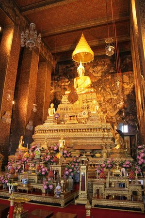Wat Pho: Interior of Bot
