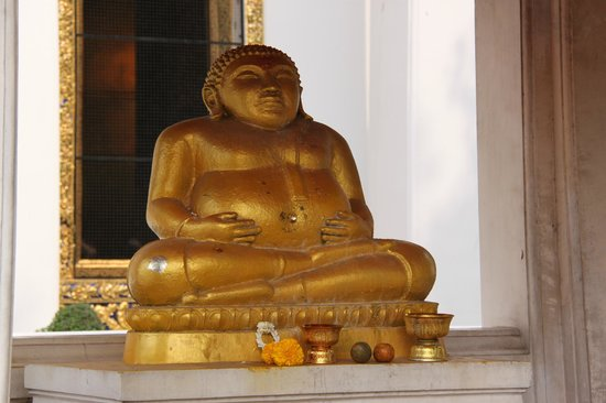 Wat Pho (Templo de Buda reclinado): Happy Buddha near to Bodhi tree