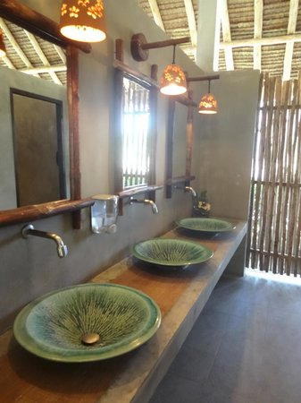 Phi Phi Island Village Beach Resort:                   Lobby toilets