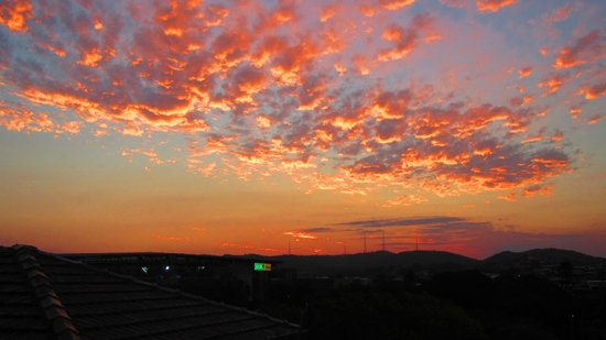 Aussie Way Backpackers Hostel:                                                       beautiful sunset from the patio