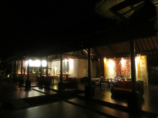 Bidadari Private Villas & Retreat - Ubud:                   夜のリビング