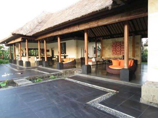 Bidadari Private Villas & Retreat - Ubud:                   リビングとダイニング