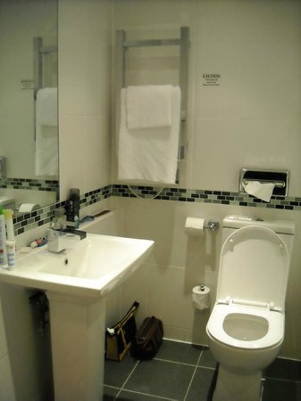 Mercure Edinburgh City - Princes Street Hotel: Bathroom 771