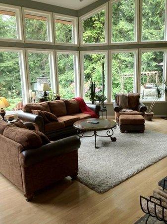 The Country Cedar Inn: Living room