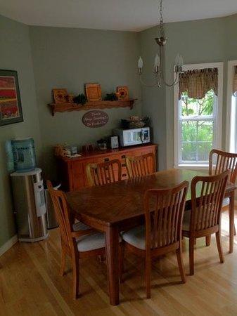 The Country Cedar Inn: Breakfast table