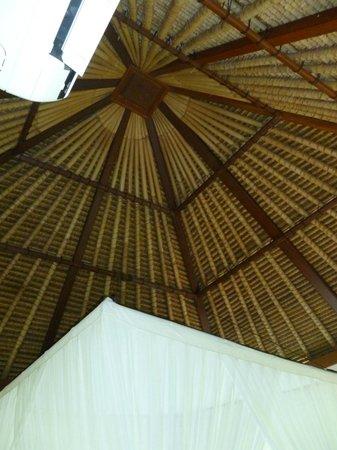 Biyukukung Suites and Spa: Techo habitacion tradicional
