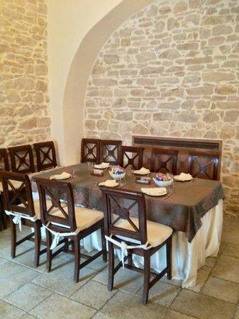 Casale San Nicola Banqueting & Resort:                   tavolo della prima colazione nella ex-cappella