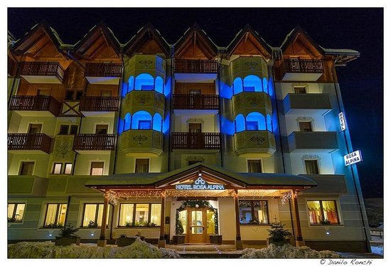 Hotel Rosa Alpina:                   l'albergo in notturna