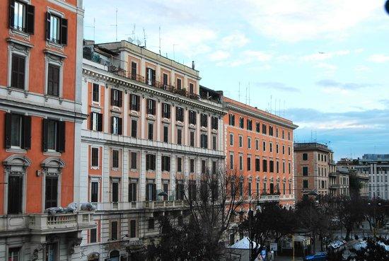 Rome Armony Suites:                   我们的房间看到的窗外景色~
