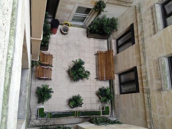 Hotel des 4 Soeurs :                                                                         tiny courtyard