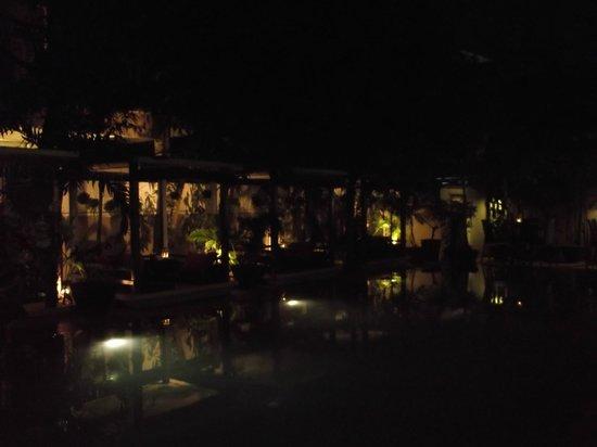 the 252: Vue sur les kiosques près de la piscine