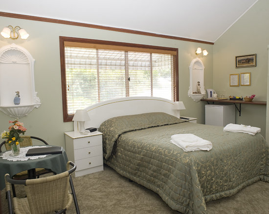 Ainslie Manor: All rooms have ensuites,airconditioning,fridges,tea and coffee,TV,DVD players,