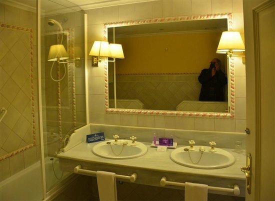 Alcazar de la Reina Hotel:                                     La salle de bains - grande et bien équipée