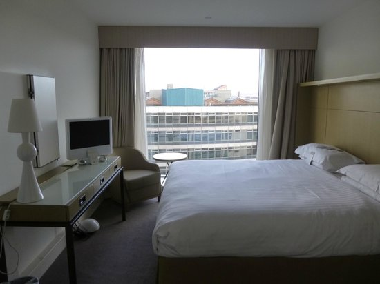 DoubleTree by Hilton Manchester Piccadilly: Suite bedroom