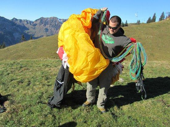 Freeminds Paragliding Tandemflights:                   Urs beim Auspacken des Gleitschirms,  20.11.2012