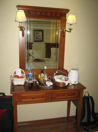 Emine Sultan Hotel:                   Dressing table/tea area