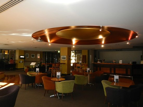 Amora Hotel Riverwalk Melbourne: Foyer area with inside bar in background