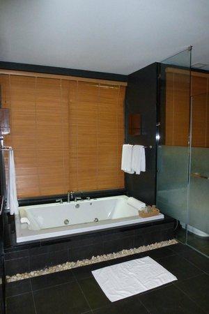 Ramada Khao Lak Resort:                   Hinter dem Rollo ist ein Panoramafenster mit blick auf eine Wand