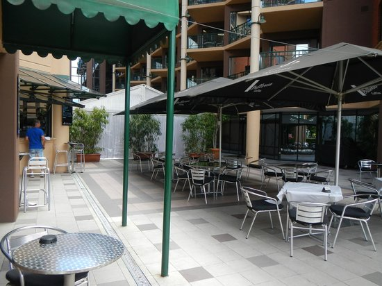 Amora Hotel Riverwalk Melbourne: Outside bar and outdoor eating area and wedding marquee