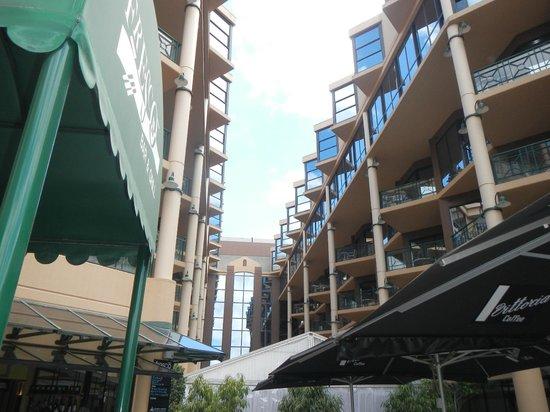 Amora Hotel Riverwalk Melbourne: View of hotel upwards