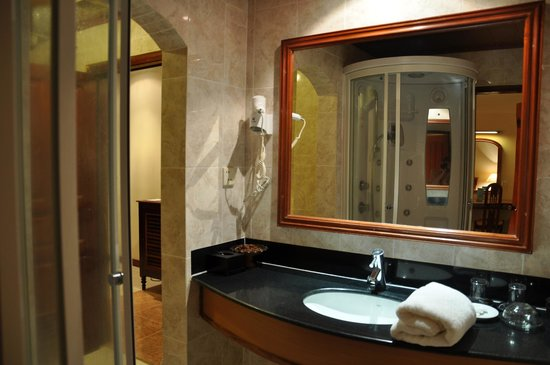 Angkoriana Hotel: bathroom deluxe room 302
