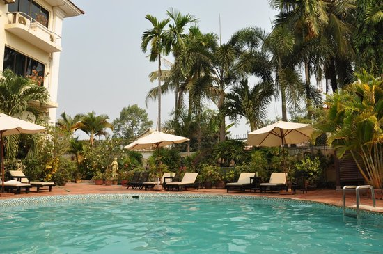 Angkoriana Hotel: lovely atmosphere at pool