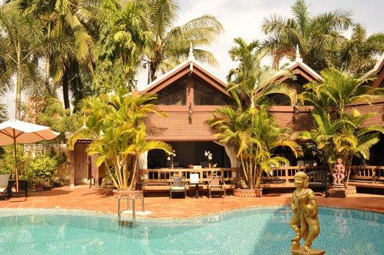 Angkoriana Hotel: spa and massage hut at pool