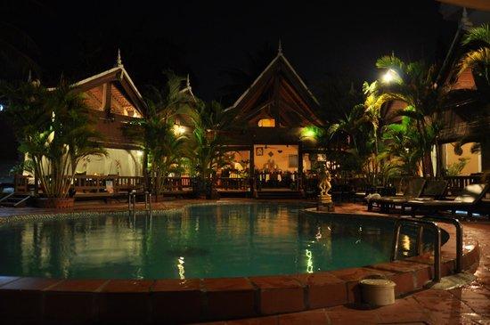Angkoriana Hotel: pool at night