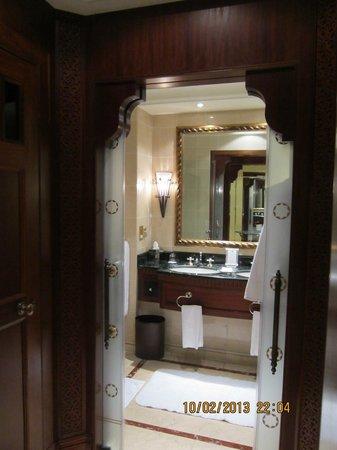 The Ritz-Carlton, Dubai:                   Bad im Doppelzimmer