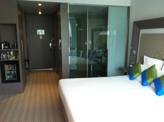 Novotel Bangkok Ploenchit Sukhumvit :                   Spacious room with view from shower