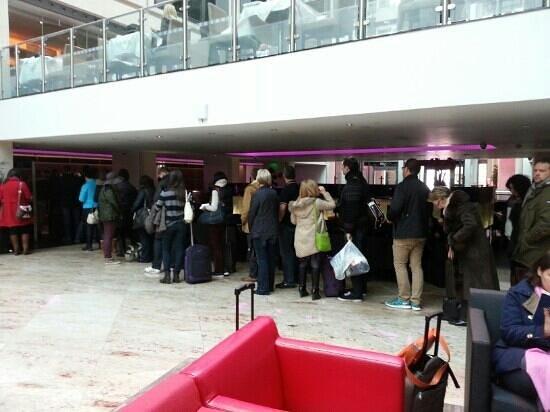 Grange St. Paul's Hotel:                                                       60 personnes attendent devant 3 comptoires