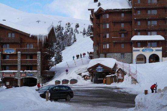 Hôtel Les Balcons Village :                                                       Vue coté parking